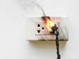 Stromkabel steckt in Steckdose und brennt