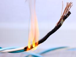 Bild eines brennenden Kabels mit sichtbaren Flammen